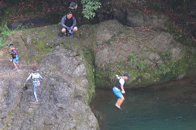 川に飛び込む人