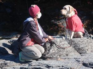 岩田民でのんびりする犬と飼主